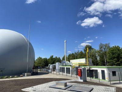 Rohbiogasspeicher (links), Biogasaufbereitungs- & -einspeiseanlage (rechts), Flüssiggastankanlage (vorne)