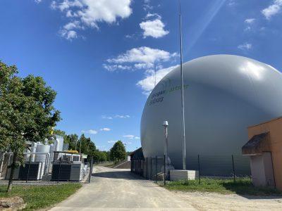 Biogasaufbereitungsanlage (links), Rohbiogasspeicher, Kondensatschacht und Überdrucksicherung (rechts)